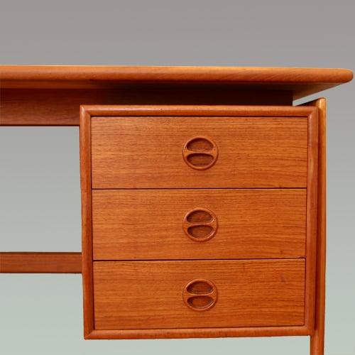 Schreibtisch 27